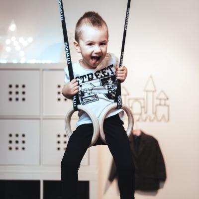 Lapsi keinumassa FitWood GYM RINGS KIDS lasten voimistelurenkailla